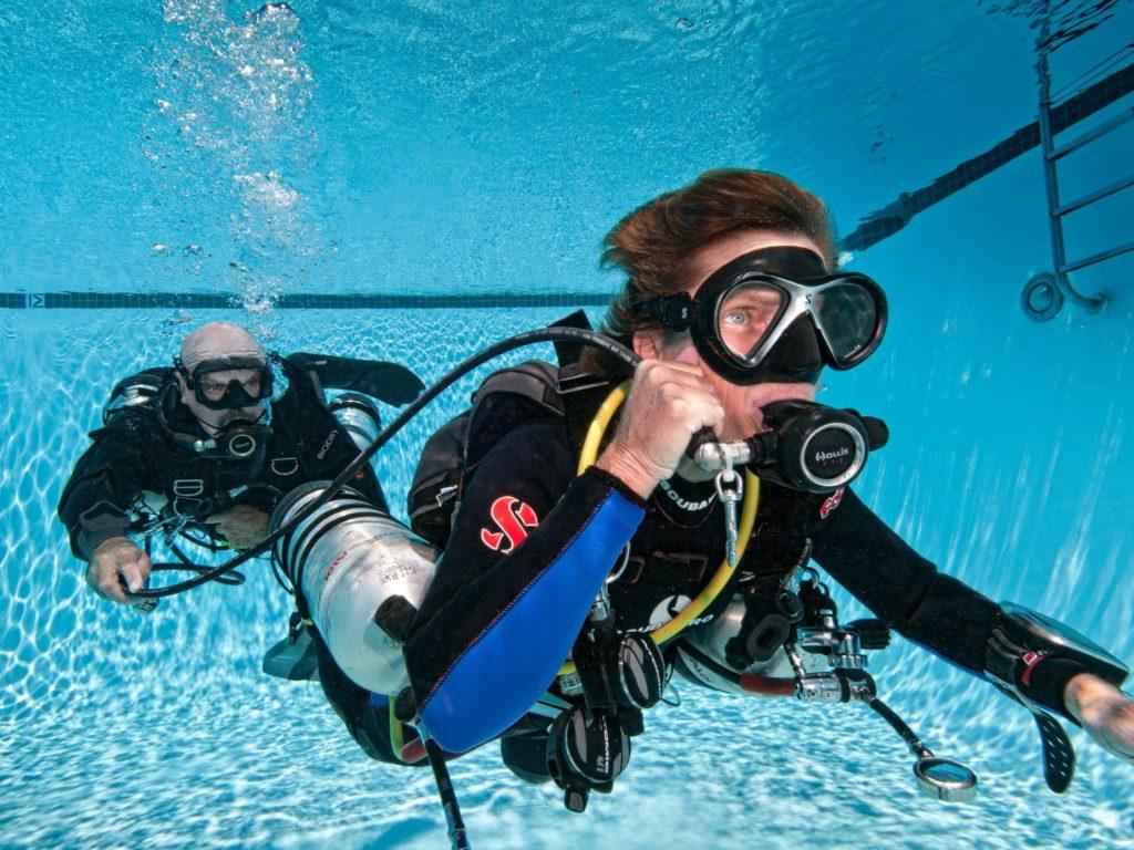 Sidemount oefening met octopus afgeven
